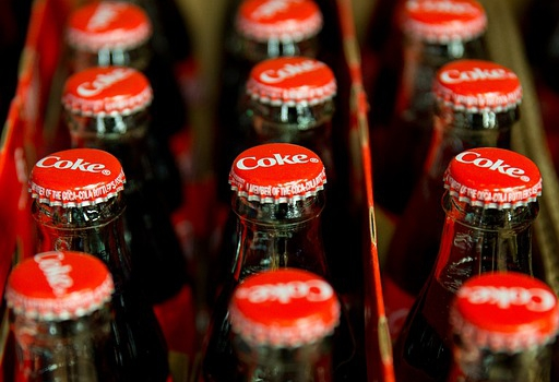 Skrzynki na butelki do magazynowania i przewozu napojów — co jest ważne, kiedy wybieramy?