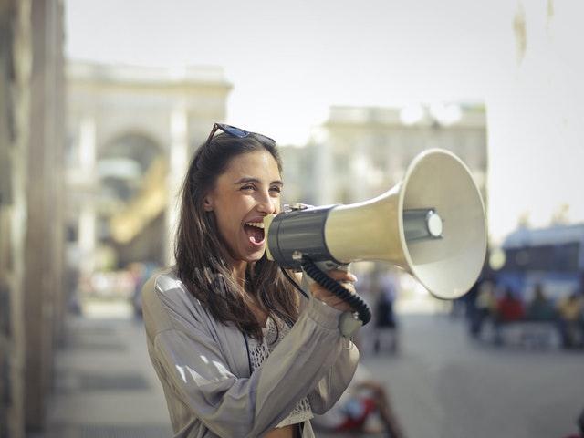 Kobieta wołająca przez megafon